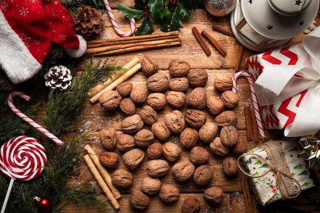 Вид сверху орехи с елочными украшениями