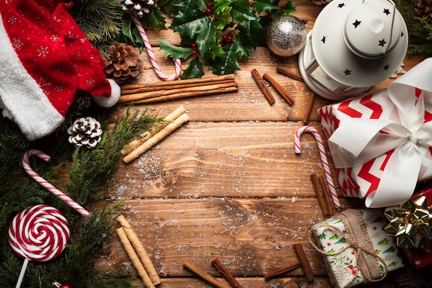木製の背景を持つトップビュークリスマスの装飾