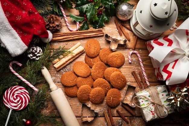 木製の背景を持つトップビュークリスマスクッキー