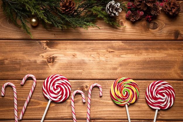 木製の背景を持つトップビュークリスマスのお菓子