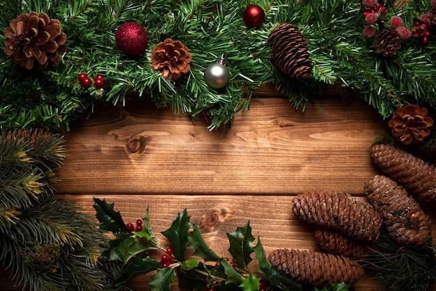 Вид сверху новогоднее украшение с деревянным фоном