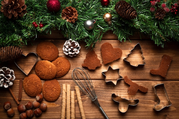 Вид сверху рождественское печенье с посудой