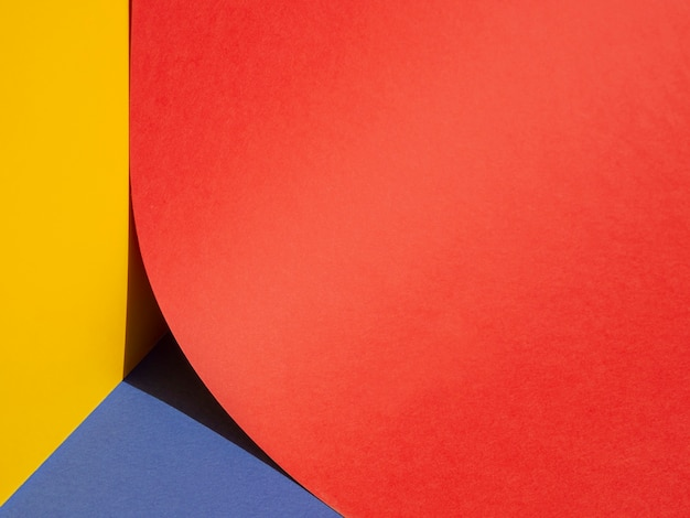 大きな赤い紙円のクローズアップの半分