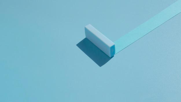 紙から作られた青い抽象的なデザインの長い眺め