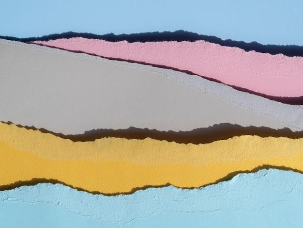 破れた抽象的な紙の行の山