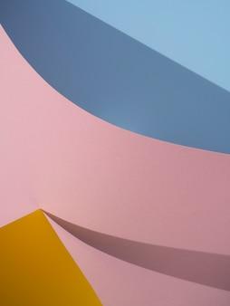 シャドウとピンクとブルーの抽象的な紙の形