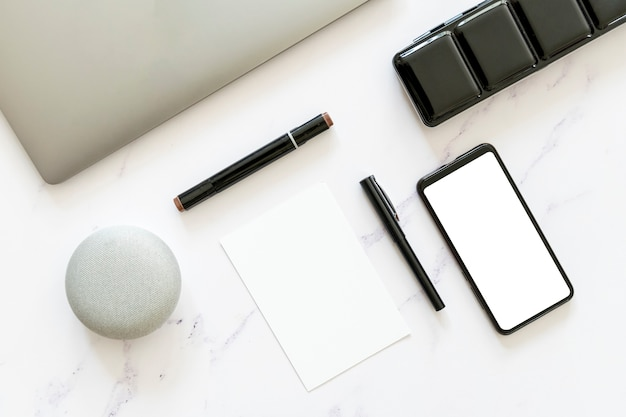 フラットレイアウトの紙と電話のモックアップ