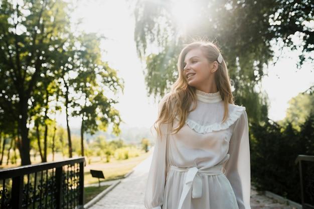 Низкий угол модная девушка в парке