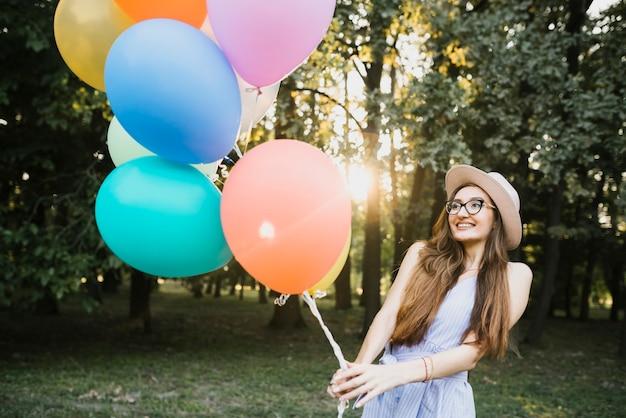 Красивая день рождения женщина держит воздушные шары