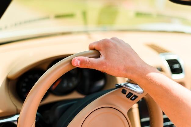 Рука человека за рулем крупным планом