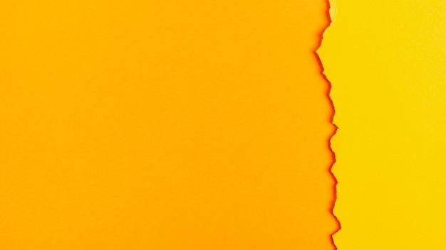 Желтые тонированные листы бумаги с копией пространства