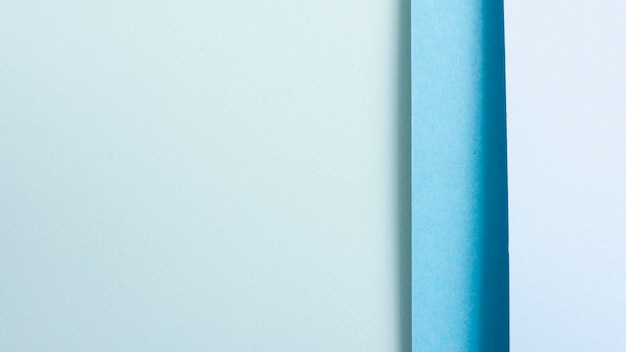 コピースペースを持つ整列された用紙の青いトーンセット