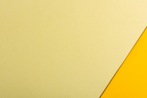 コピースペースを持つ紙のシートの黄色のトーンセット