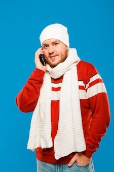 Средний снимок зимней модели разговаривает по телефону