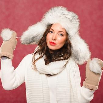 Красивая женская модель в новогодней шапке