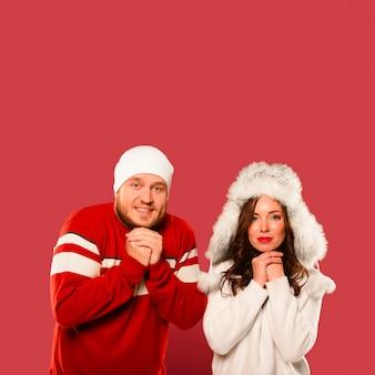 Рождественские модели замерзают вместе