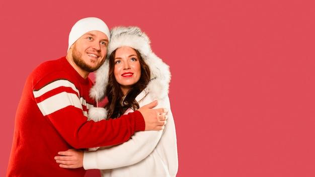 コピースペースでクリスマスモデルの抱擁