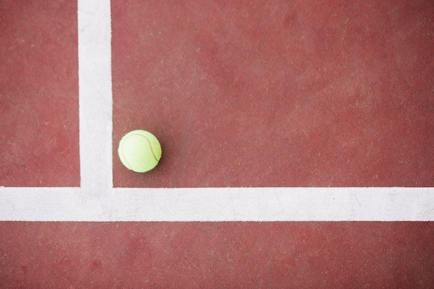 Вид сверху теннисный мяч на углу на поле