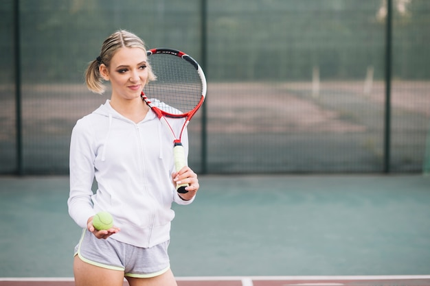 Теннисистка вид спереди, глядя в сторону