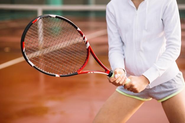 テニスプレーヤーがボールをキャッチする準備ができて