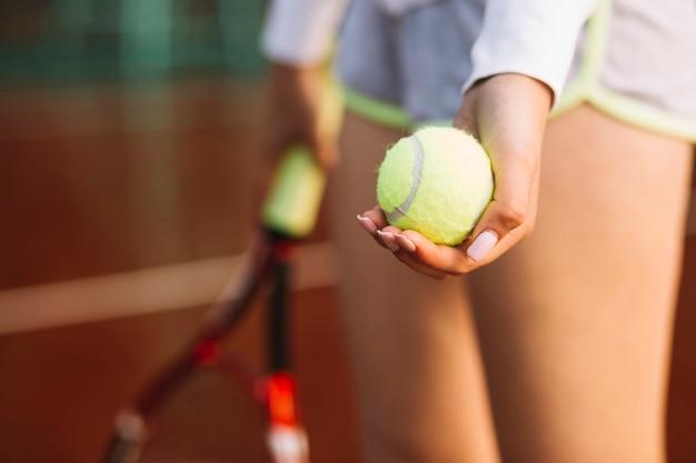 試合を開始する準備ができて陽気なテニスプレーヤー