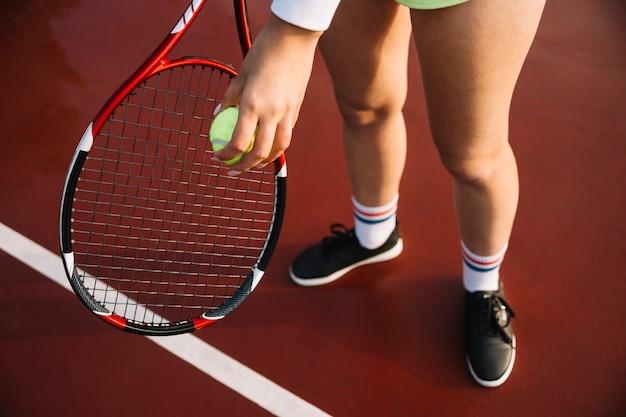 テニスプレーヤーは試合前にウォームアップ