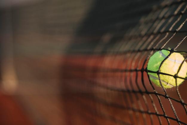 テニスボールがネットを打つ