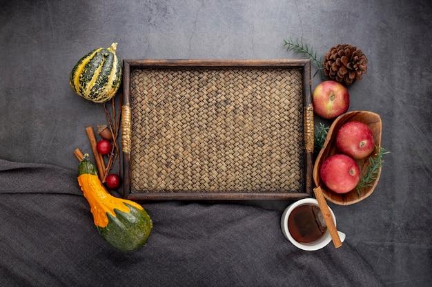 灰色の背景に野菜と木の板