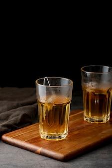 木製のサポートに緑茶の瓶