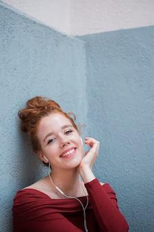 カメラを見て美しい赤毛の女性