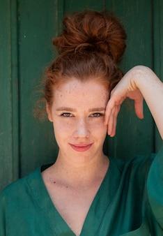 若い赤毛の女性のクローズアップの肖像画