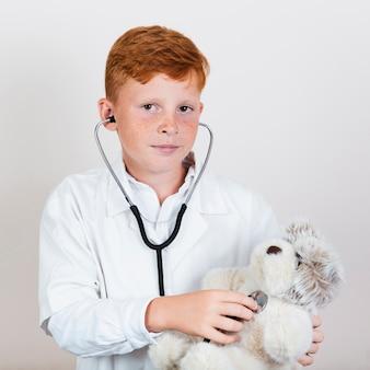 聴診器で子どもの肖像画