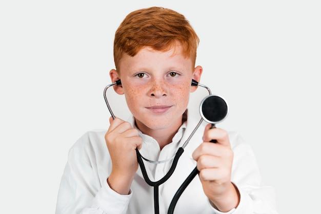 聴診器で若い子供の肖像画