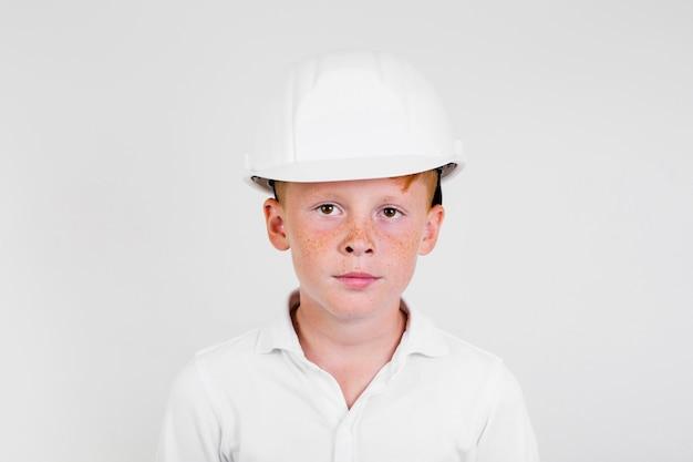 ヘルメットとかわいい子供の肖像画
