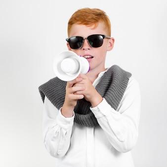 サングラスを持つクールな少年