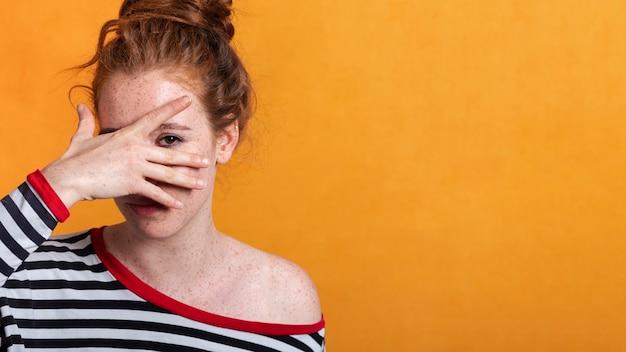 彼女の顔を覆っているコピースペースでクローズアップきれいな女性