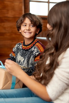 Макро счастливый мальчик, глядя на свою сестру