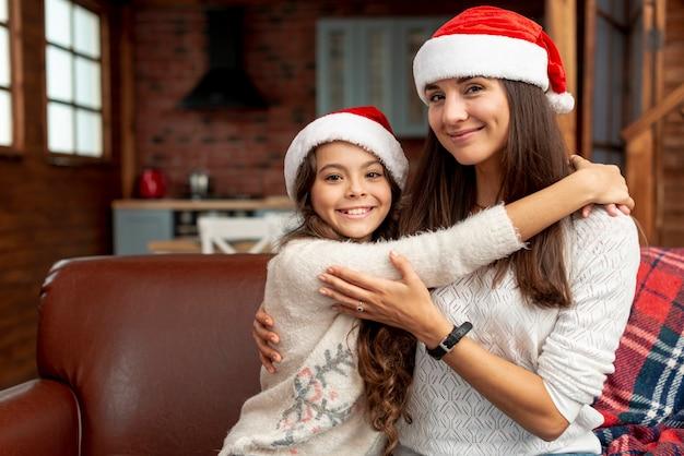 彼女の母親を抱いてミディアムショット幸せな女の子