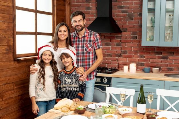 台所でミディアムショットの幸せな家族
