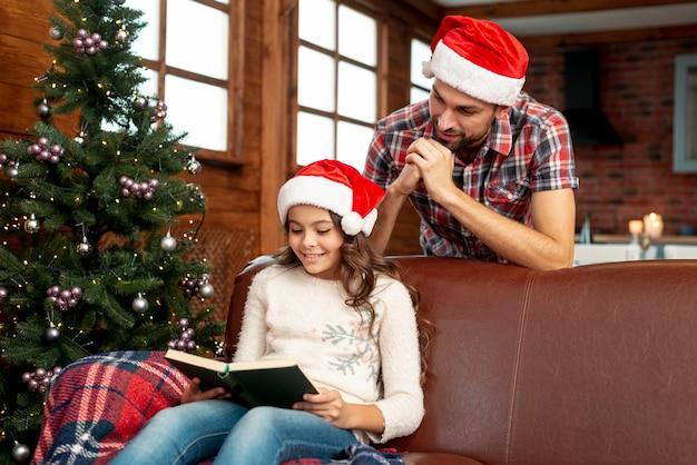 ソファで読んでいるミディアムショットの女の子