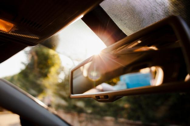日差しの中でクローズアップバックミラー