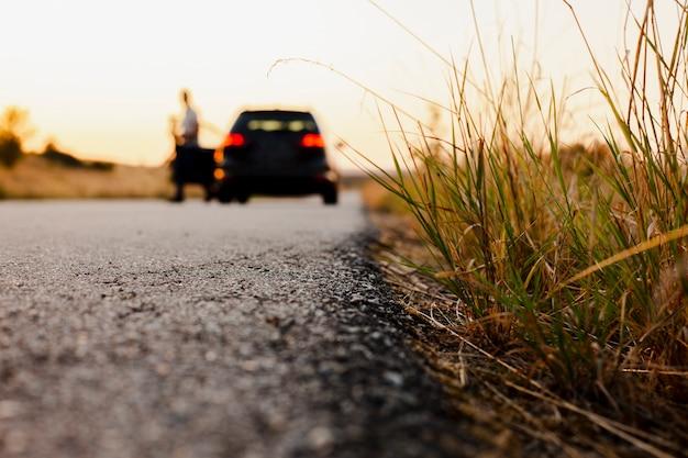 道路の背景に黒い車