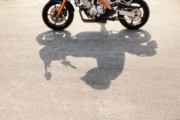 道路上のバイカーの影