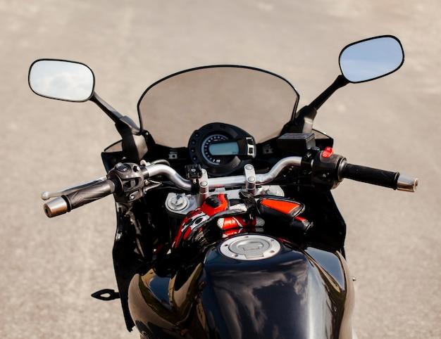 ガソリンタンクが付いている黒いバイクの前部