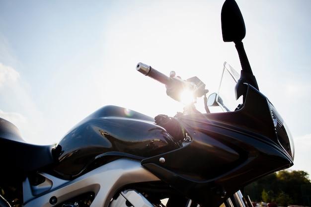 太陽の下でバイクのローアングル