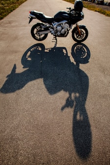 太陽の下でバイクの影