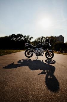 影と太陽の下でバイク
