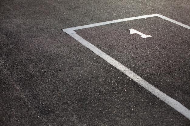アスファルトのマークされた駐車場