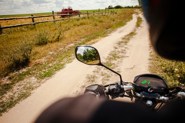 オフロードでバイクに乗る男