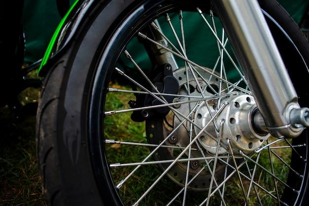 緑のオートバイタイヤを閉じる